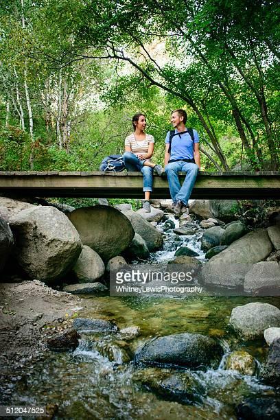 Wandern Paar auf einer Brücke