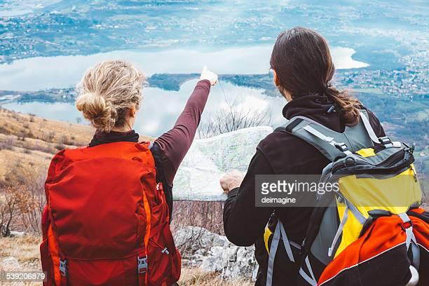 Randonnée pédestre couple avec carte en montagne