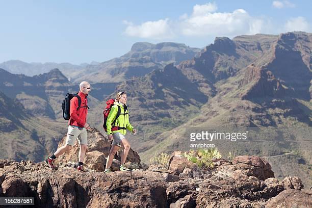 Excursionismo en el imponente vista de las montañas
