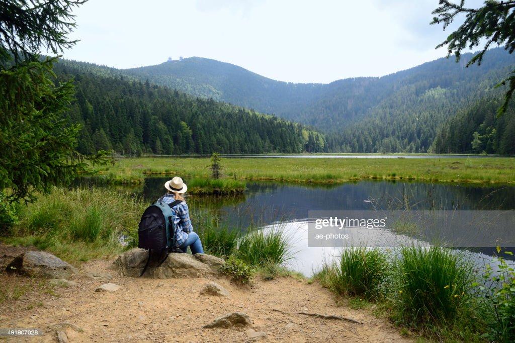 ハイキングに女性は、山の中の湖 : ストックフォト