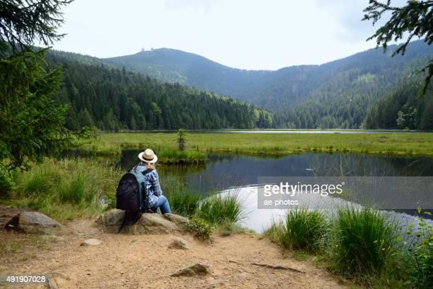 ハイキングに女性は、山の中の湖
