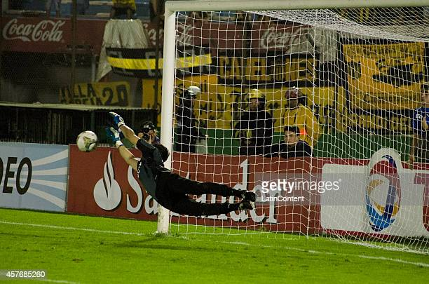 Hilario Navarro goalkeeper of Estudiantes saves the penalty attempt from Carlos Nuñez of Peñarol during a second leg match between Peñarol and...