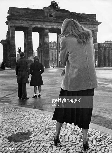Hildegard Knef*Schauspielerin Dmit einer Filmkamera vor dem Brandenburger Tor 1947Aufnahme Erich Engel