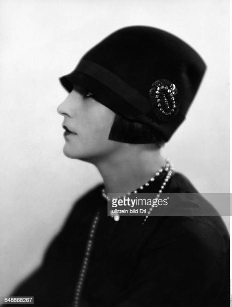 Hilly Etoile Actress Dancer Portrait sideface with a felt hat with brooch Fashion pictures 1927 Photographer Atelier Balasz Published by 'Die Dame'...