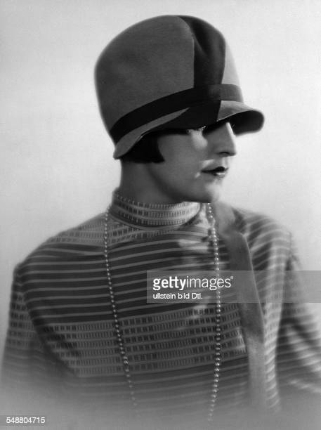 Hilly Etoile Actress Dancer Portrait with Hat Fashion pictures 1927 Photographer Atelier Balasz Published by 'Die Dame' 10/1927 Vintage property of...