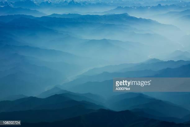 Himalaya montagnes recouvertes de brume et de brouillard