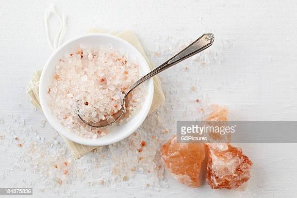 Sel de l'Himalaya rose dans un bol sur une table