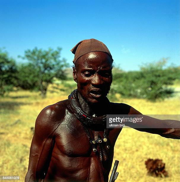 Himba Mann bei Opuwo intraditioneller Kleidung 1995 col