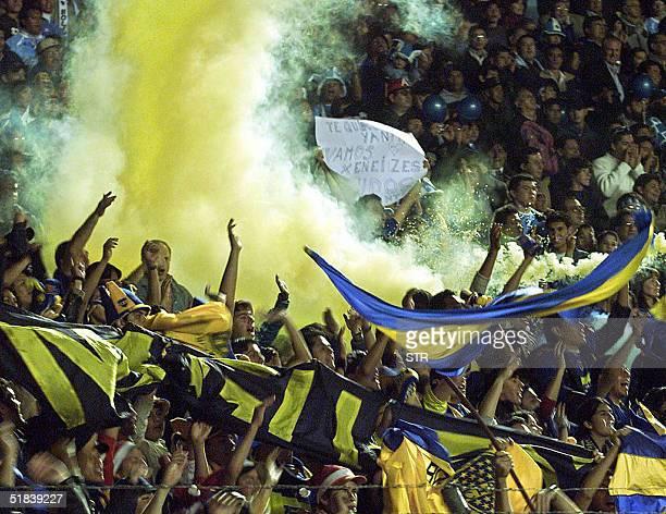 Hinchas de Boca Juniors de Argentina alientan a su equipo durante el partido por la primer final de Copa Sudamericana de futbol jugado ante el...
