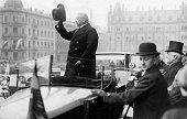 Hindenburg Paul von *02101847Offizier Politiker DGeneralfeldmarschallReichspraesident Begruessung der Bevoelkerung am Reichsgericht in Leipzig 1926