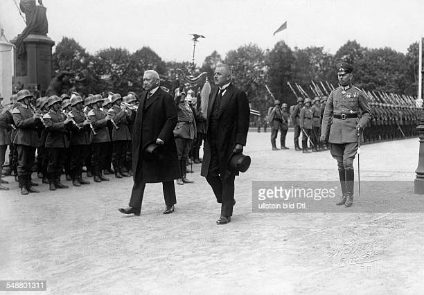 Hindenburg Paul von Politician Field Marshal General Germany *02101847 President of the Reich with minister of the Reichswehr Gessler and his son...