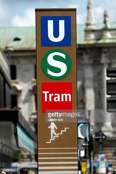 Hinweisschild auf Öffentliche Verkehrsmittel UBahn SBahn und Tram vor weißblauem Himmel Nahaufnahme München Bayern Public transport sign close up...