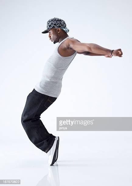 Dançarino de hip-hop em pé com os dedos dos pés