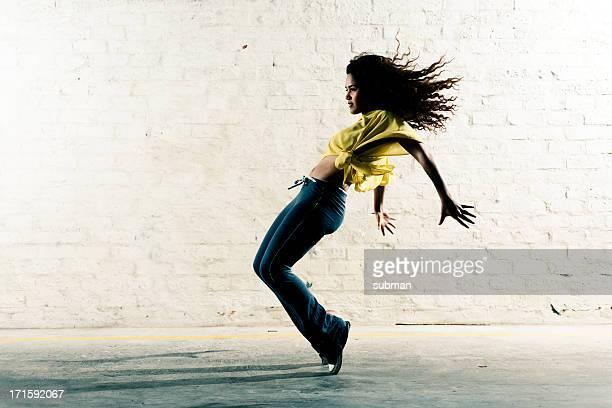 Hip-Hop Girl enchaîner les mouvements de danse