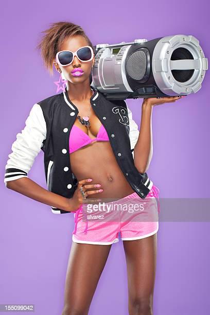 Hip-Hop-Frau mit Ghettoblaster