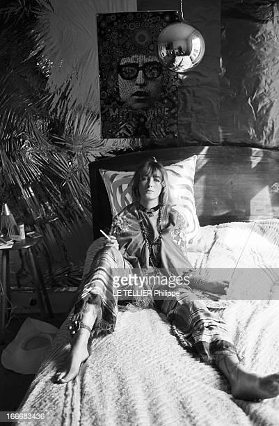 Jane Birkin And John Crittle In London Angleterre Londres 28 septembre 1967 un mannequin habillé à la mode hippie pose sur son lit une cigarette à la...