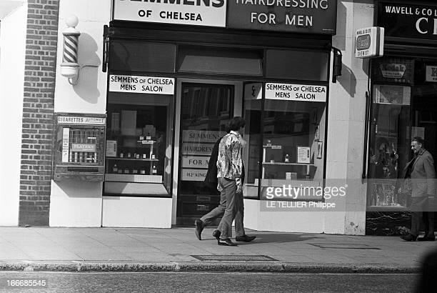 Jane Birkin And John Crittle In London Angleterre Londres 28 septembre 1967 un mannequin habillé à la mode hippie marche sur le trottoir d'une rue...