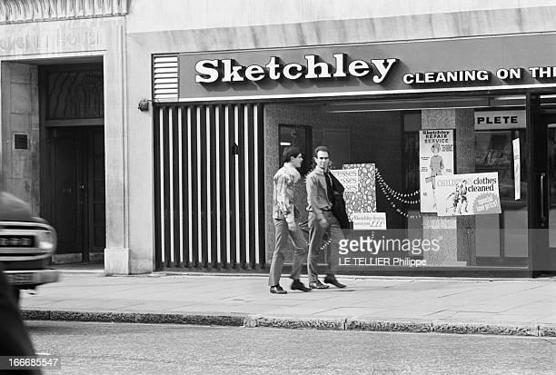 Jane Birkin And John Crittle In London Angleterre Londres 28 septembre 1967 deux mannequins masculins habillés à la mode hippie marchent sur le...