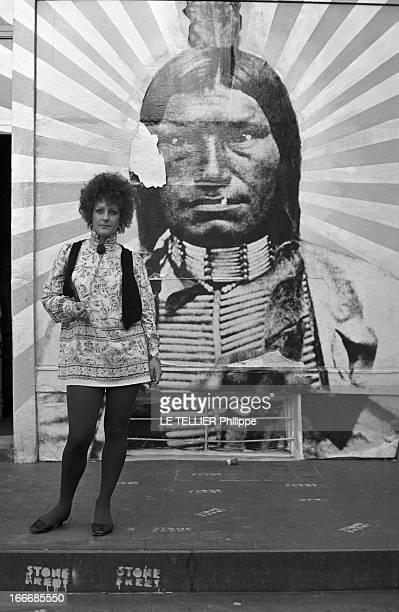 Jane Birkin And John Crittle In London Angleterre Londres 28 septembre 1967 un mannequin habillé à la mode hippie pose les mains dans les poches...