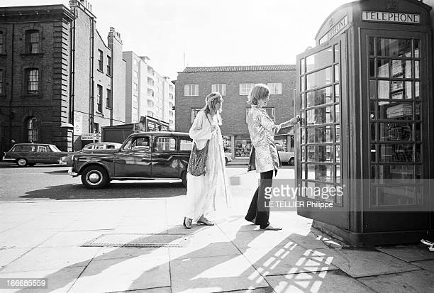 Jane Birkin And John Crittle In London Angleterre Londres 28 septembre 1967 un couple de mannequins habillés à la mode hippie marchant dans la rue...