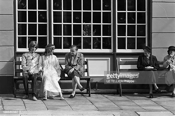 Jane Birkin And John Crittle In London Angleterre Londres 28 septembre 1967 un couple de mannequins habillés à la mode hippie assis sur un banc dans...