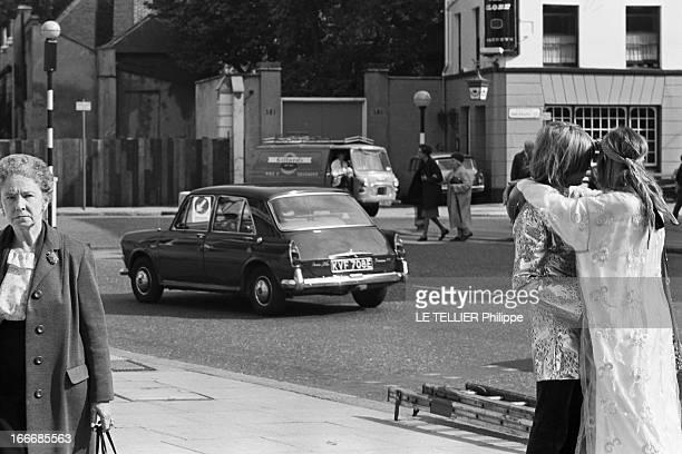 Jane Birkin And John Crittle In London Angleterre Londres 28 septembre 1967 un couple de mannequins habillés à la mode hippie s'enlace dans la rue La...