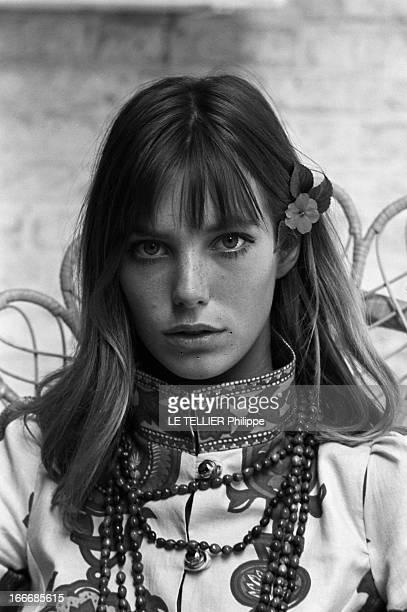 Jane Birkin And John Crittle In London Angleterre Londres 28 septembre 1967 Portrait de la chanteuse Jane BIRKIN assise sur une chaise en osier...
