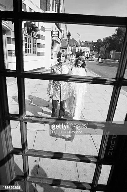 Jane Birkin And John Crittle In London Angleterre Londres 28 septembre 1967 un couple de mannequins habillés à la mode hippie dans la rue vu à...