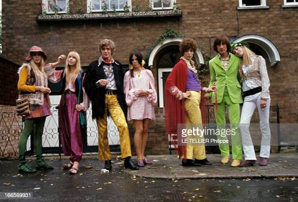 Jane Birkin And John Crittle In London En Angleterre à Londres en octobre 1967 des mannequins posent habillés à la mode hippie John CIRTTLE portant...