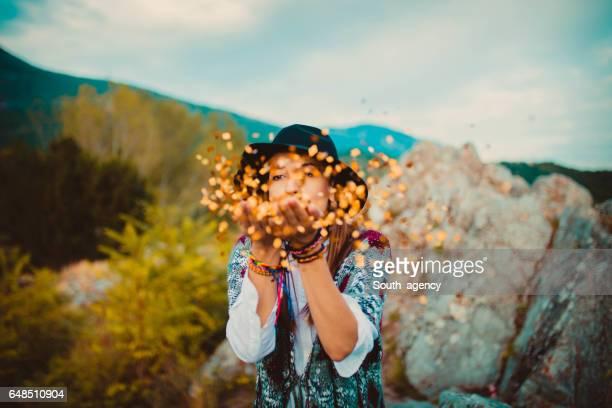 Fille Hippie dont des confettis