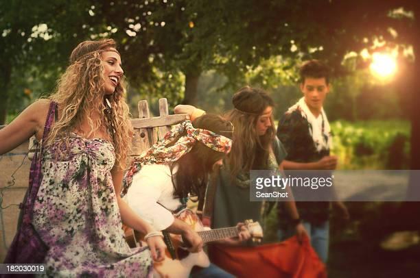 Hippy ballo e suona chitarra. Anni'70.