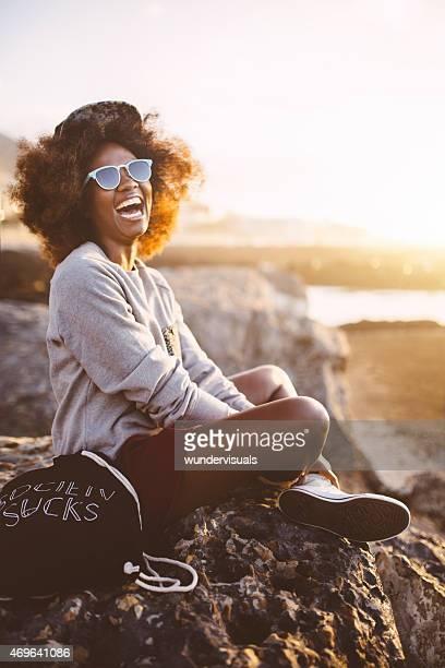 Hipster Afro teen Menina rir na praia ao pôr do sol