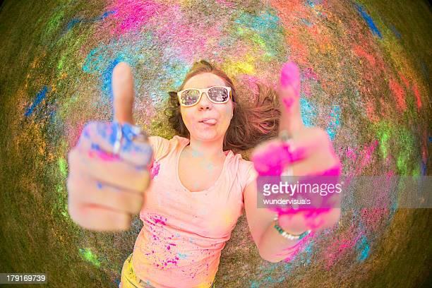 Hipster mit farbenfrohen Holi Pulverschnee bedeckt