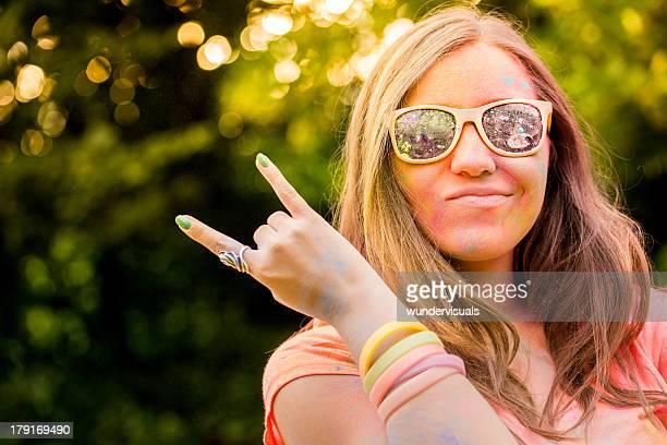 Hipster Mädchen mit Sonnenbrille in Holi Festival