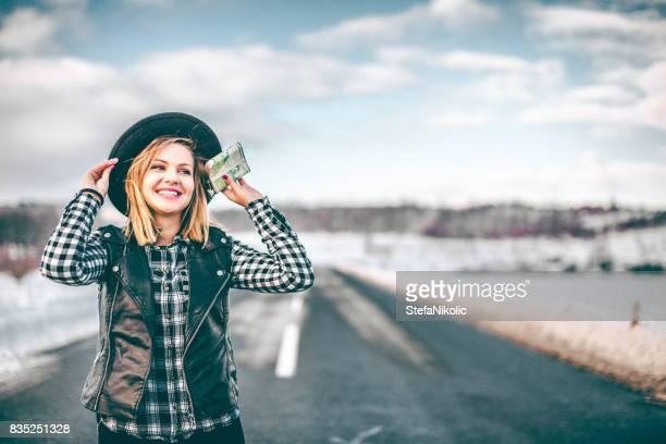 Fille de hipster tenant le ballon sur l'hiver
