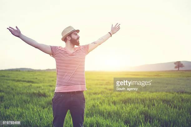 Hipster Kerl in Natur die das Leben