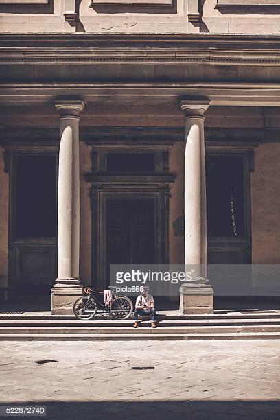 Ragazzo Hipster con bici a Firenze