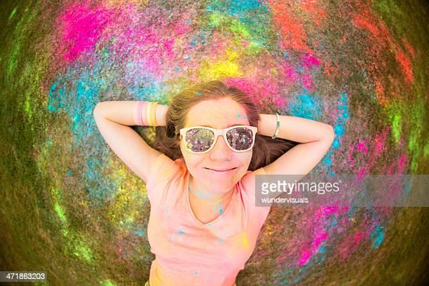 Hipster liegen auf Gras mit holi festival mit bunten Pulver