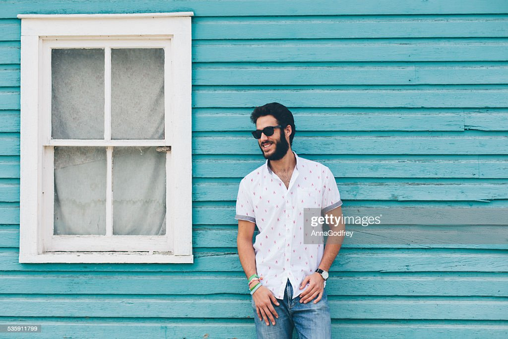 Hipster hombre parado frente de azul House : Foto de stock