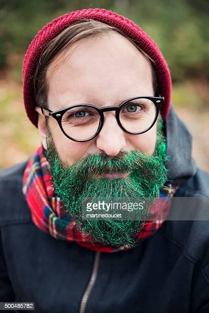 Hipster homme avec paillettes barbe prêt pour les fêtes en extérieur.