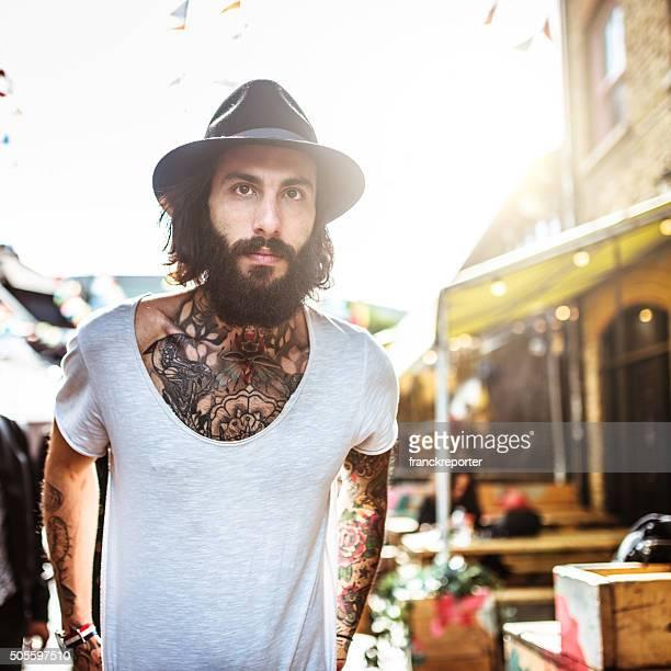Retrato de Hipster com corpo cheio de tatuagem