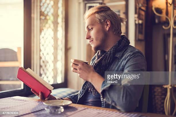 Hipster sich in einem Café und der Lektüre eines Buches widmen.