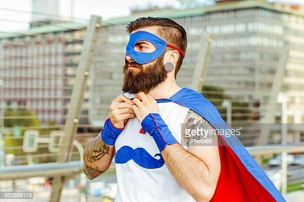 Hipster superhéroe ajustar su del manto