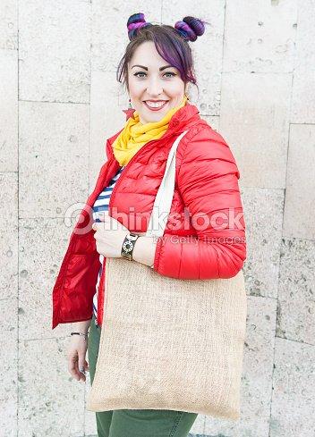 f58c540659 Hipster femme tenant sac en toile vide extérieur. Modèle maquette vers le  haut : Photo