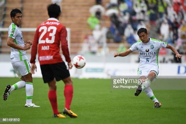 Hiroki Akino of Shonan Bellmare in action during the JLeague J2 match between Nagoya Grampus and Shonan Bellmare at Paroma Mizuho Stadium on October...