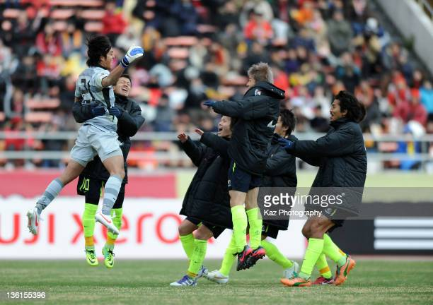 Hiroki Iikura of Yokohama FMarinos and his teammates celebrate the win after the penalty shootout during the Emperor's Cup match between Nagoya...
