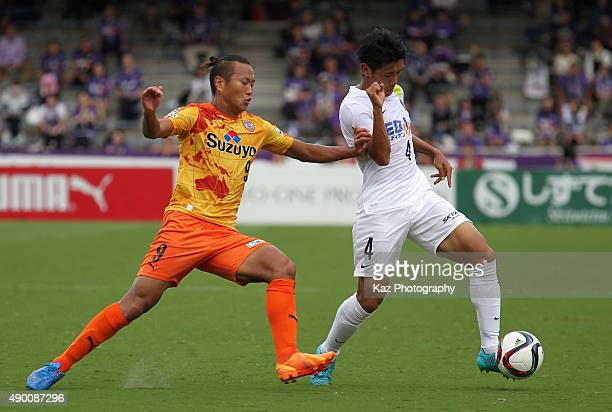 Hiroki Mizumoto of Sanfrecce Hiroshima and Jong Tae se of Shimizu SPulse compete for the ball during the JLeague match between Shimizu SPulse and...