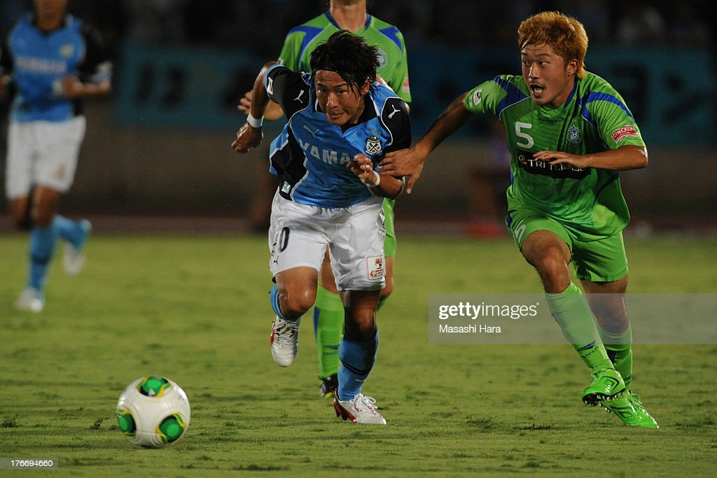 Hiroki Yamada #10 of Jubilo Iwata in action during the J.League match between Shonan Bellmare and Jubilo Iwata at BMW Stadium Hiratsuka on August 17, 2013 in Hiratsuka, Kanagawa, Japan.