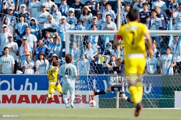 Hiroto Nakagawa of Kashiwa Reysol scores his side's second goal during the JLeague J1 match between Jubilo Iwata and Kashiwa Reysol at Yamaha Stadium...