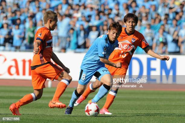 Hiroyuki Abe of Kawasaki Frontale and Teruki Hara and Kei Koizumi of Albirex Niigata compete for the ball during the JLeague J1 match between...